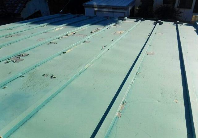 屋根の塗膜の剝がれ