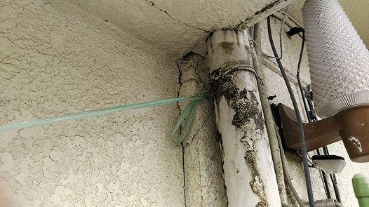 排水管の外側が濡れている