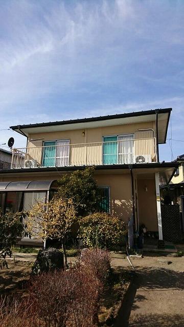 2階にベランダがある家全体正面