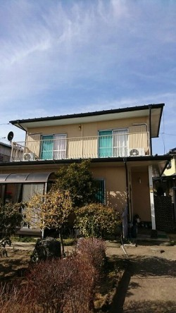 2階にベランダのある家全体正面