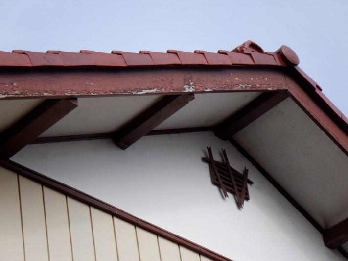 破風板の塗装の膜が剥がれているところ