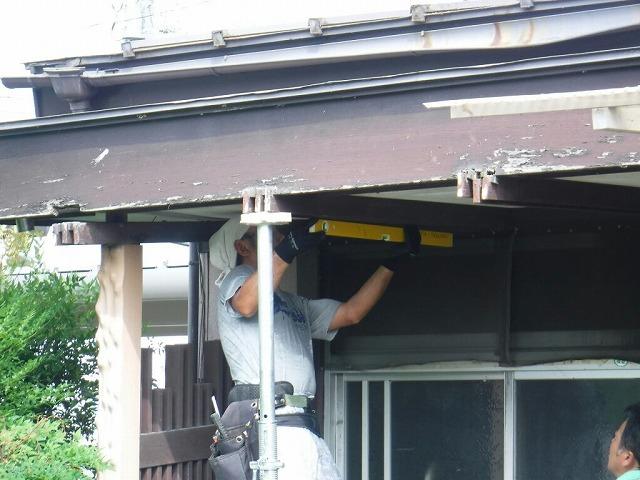 玄関の屋根をジャッキアップして水平を測っているところ