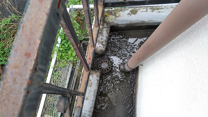 ベランダの東の排水口から雨水が抜けていくところ
