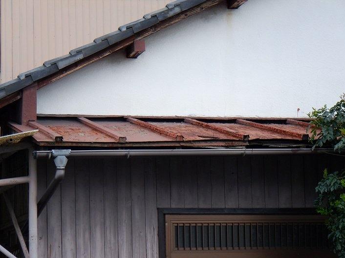 通りから見た玄関のトタン屋根