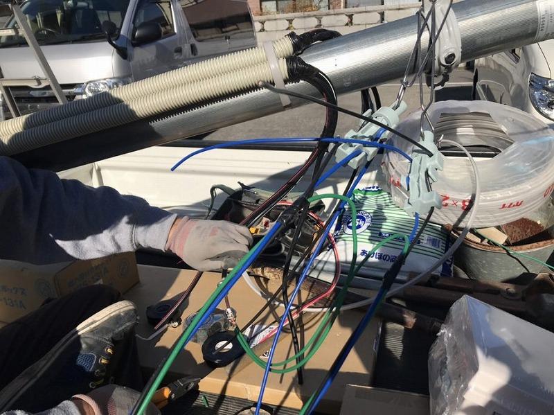 電柱に電気の配線の取り付け