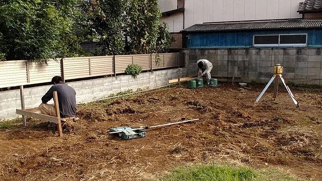 土間コンクリートの縦幅を水糸にスケールを合わせて確認中