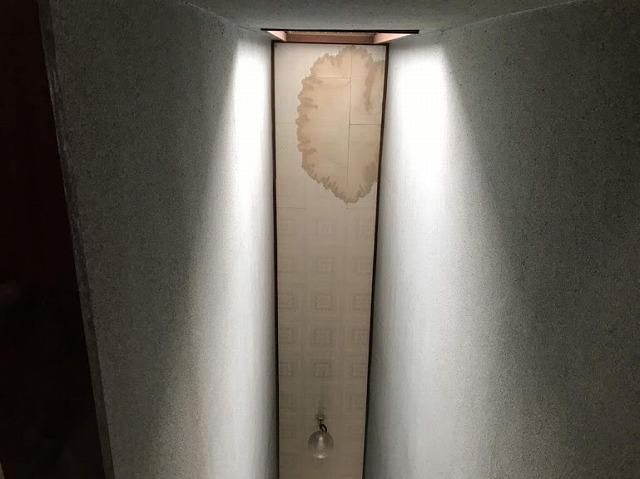 窓側の天井の雨水のシミ真下から見て