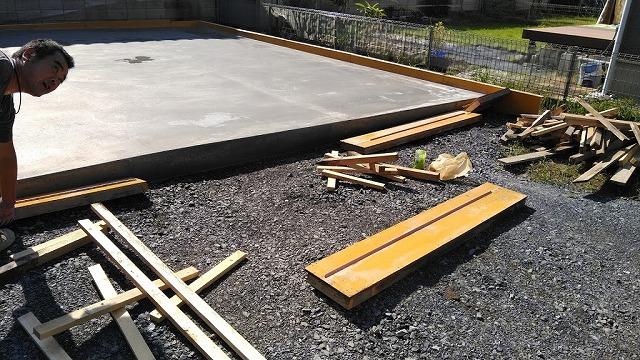 土間コンクリートの型枠外し