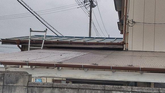 棟板金の交換工事前のトタン屋根