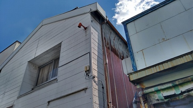 建物正面西より見上げて