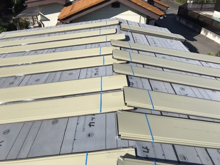 交互に置かれた西棟の屋根板金の束