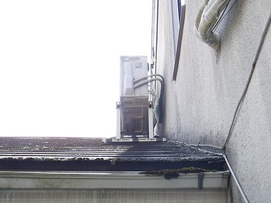 軒樋の苔と降り壁簿黒ずみ