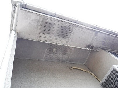 2階の塗装の傷んだ軒天井真下から