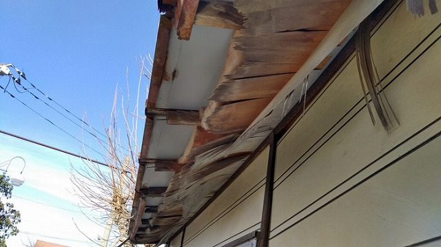 プレハブ小屋の軒天井が欠落している