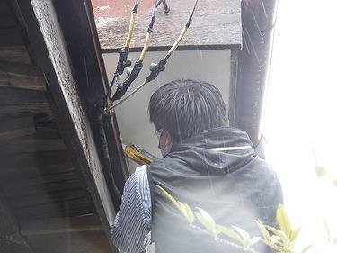 軒天井にコーキング作業中