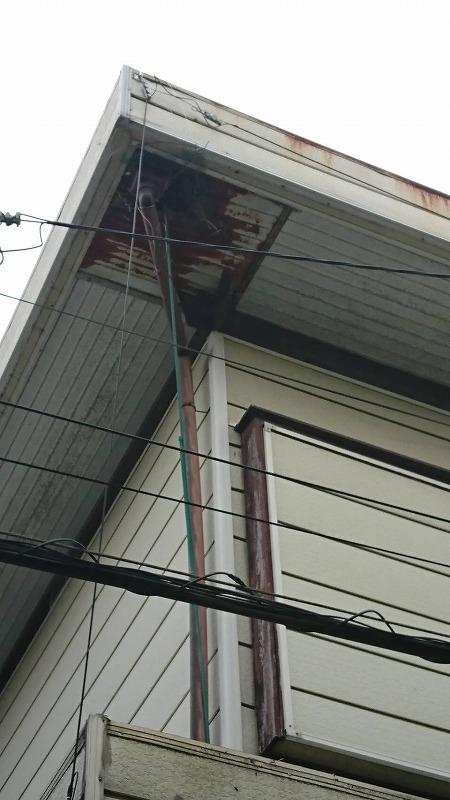 サビてボロボロの軒天井と破風板