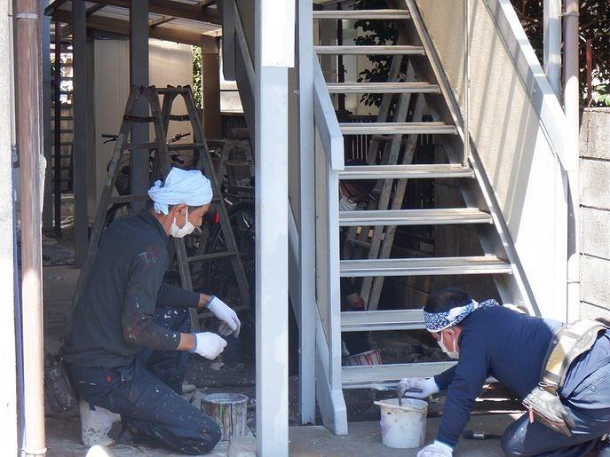 アパートの鉄骨の階段にサビ止めを塗装中