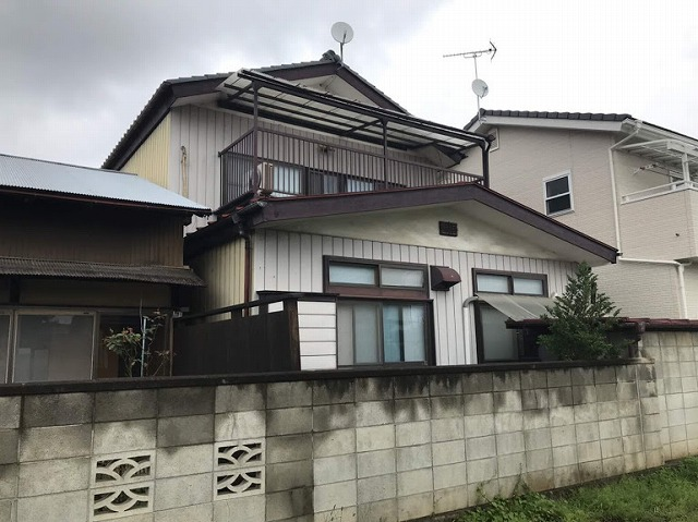 2階が瓦屋根1階が板金屋根の家