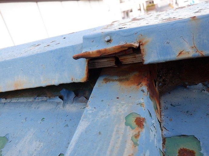 釘が抜けた状態の棟板金の貫板