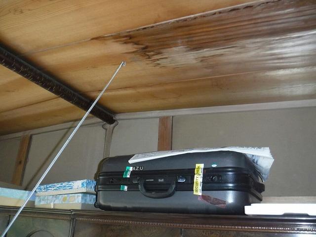 和室の天井が雨漏りでふやけている