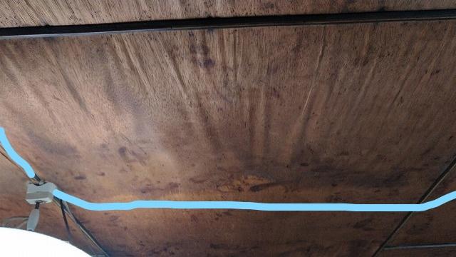 照明近くの天井の雨漏りのシミ