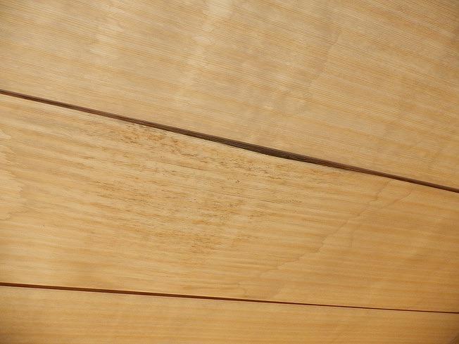 雨漏りにより膨らんだ和室の天井