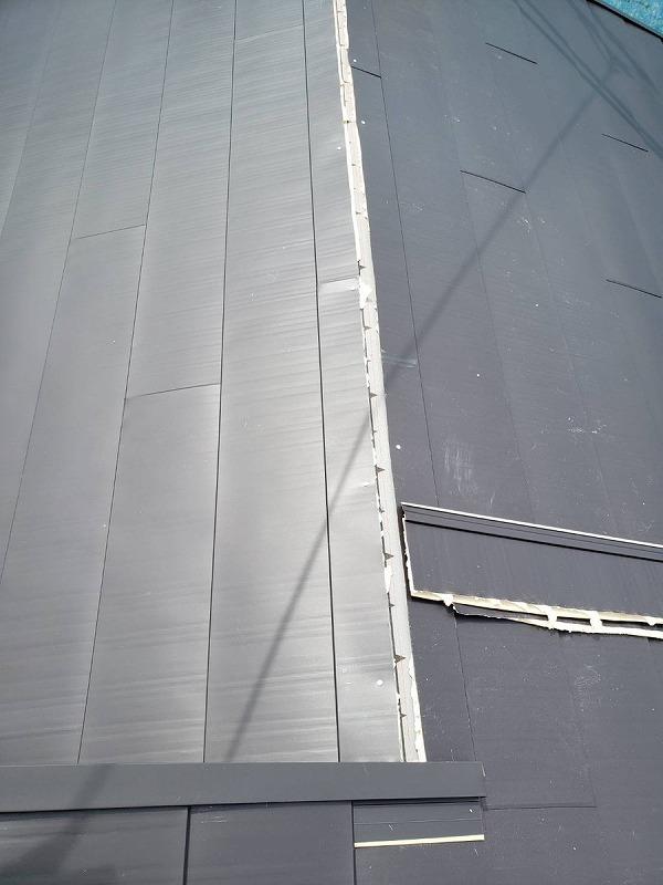 棟のところまで葺き終えたガルバリウム鋼板
