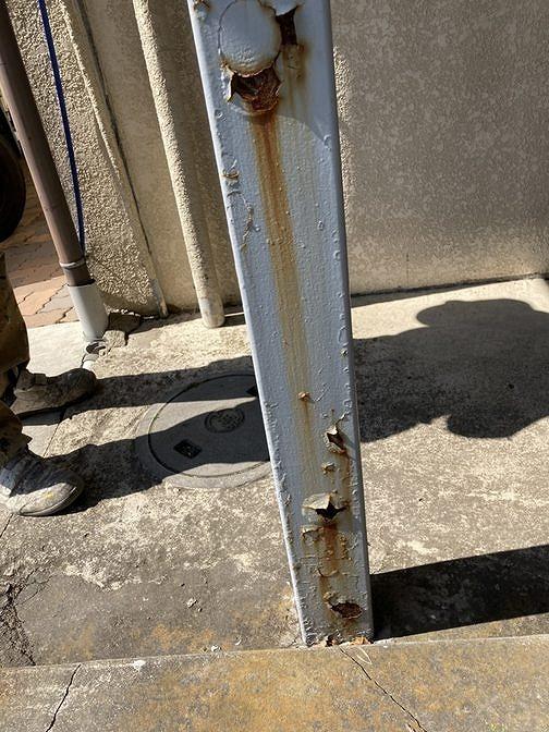 アパートの鉄骨の支柱のサビ