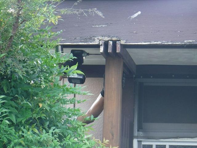 柱と化粧垂木の側面からインパクトドライバー