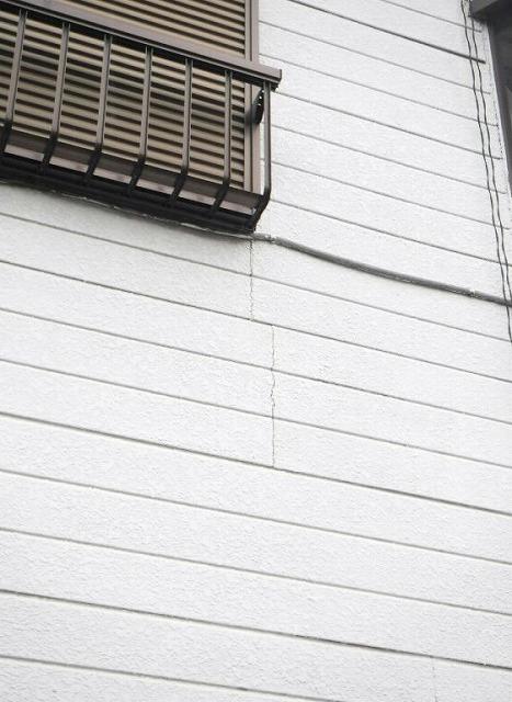 壁の縦のひび割れ