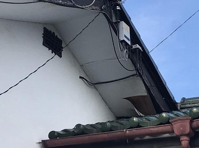 テレビアンテナ線が通っている軒天井のめくれ近景