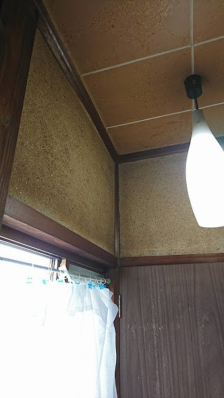 窓の上の隅は雨漏りの形跡はなし