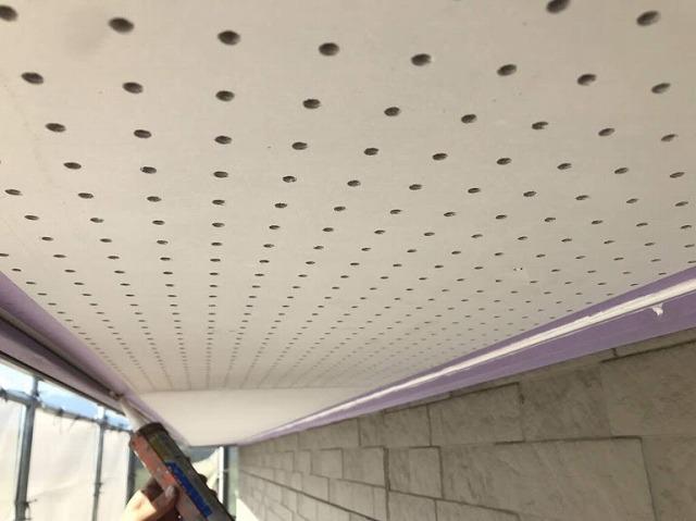 足場から見た軒天井にコーキング剤塗っているところ