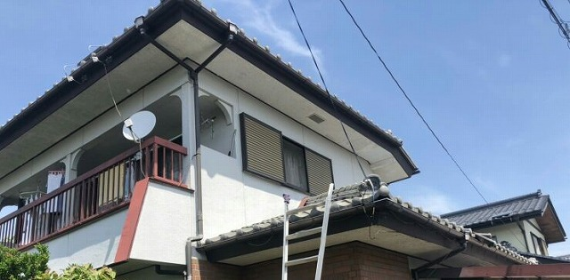 玄関上の屋根に脚立をかけたところ
