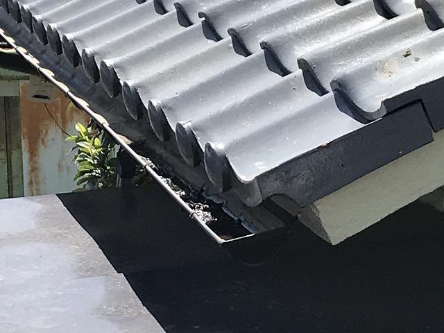 軒樋の端の方に雨水が残っている状態