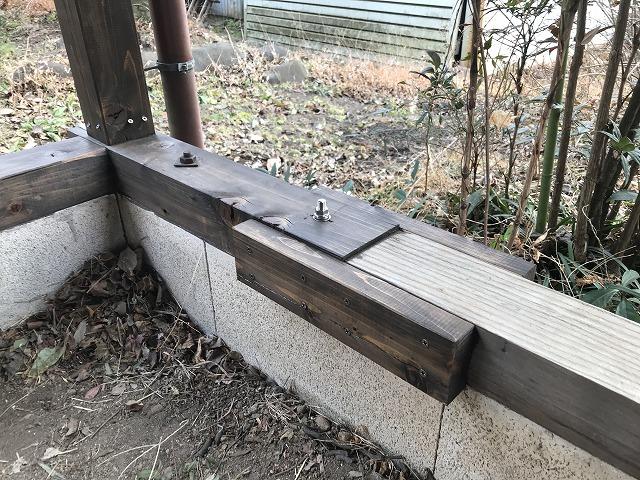 車庫の屋根の新しい土台と既存の土台とのつなぎを補強