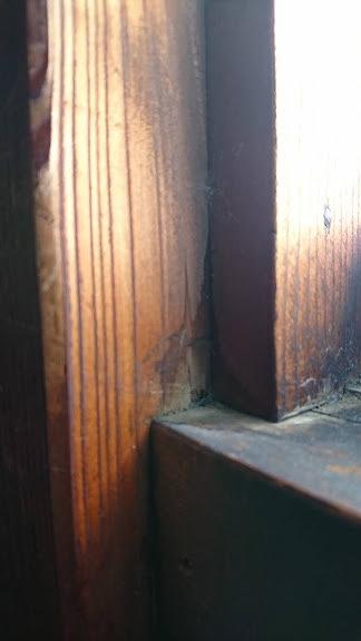窓の縁の木部の雨水のしみた跡