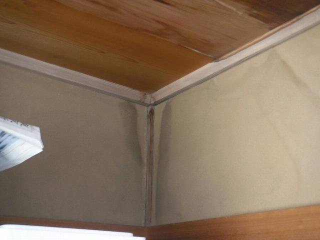 和室の天井の隅の雨漏りのシミ