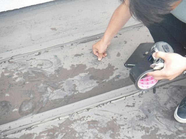 雨漏りする板金屋根を調査中