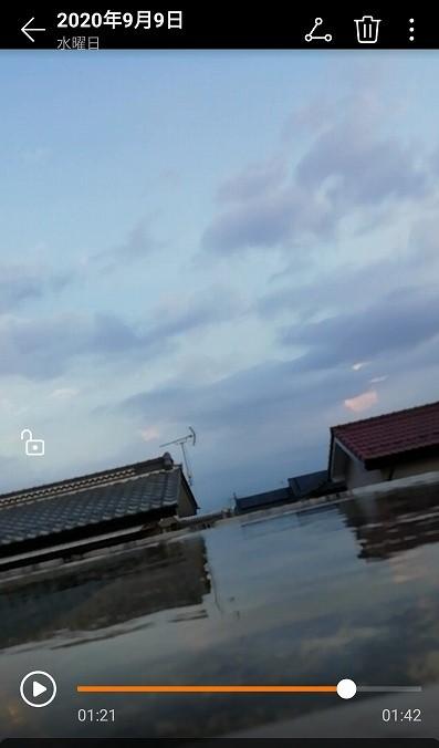 屋根に雨水がたまっている写真