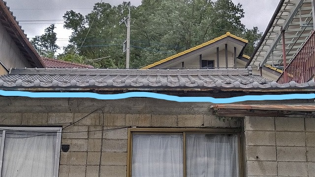 平屋部分の屋根瓦正面に見て
