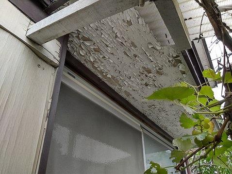 塗膜がささくれ立っている軒天井