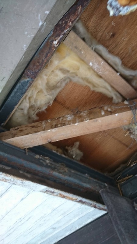 板金軒天井剥がしたところ近景