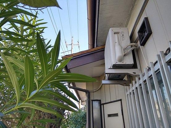 台所の窓の庇に野地板と防水シート