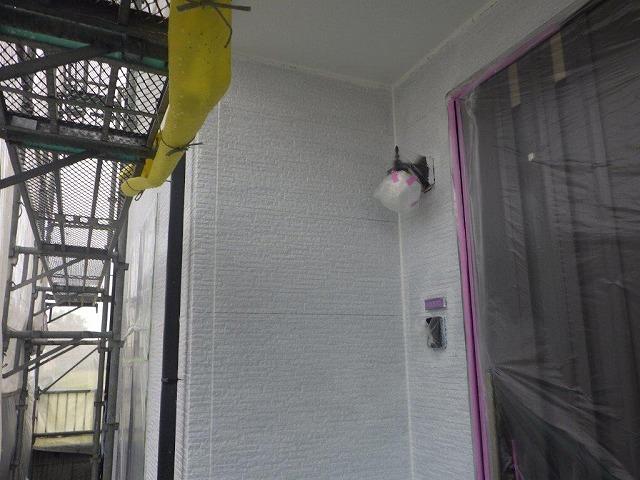 下塗り作業中の玄関周り