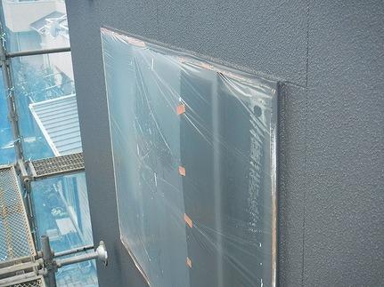 養生された窓のまわり上塗り後