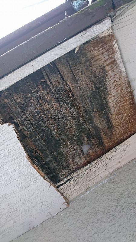 表面が剥がれて黒ずんだ軒天井