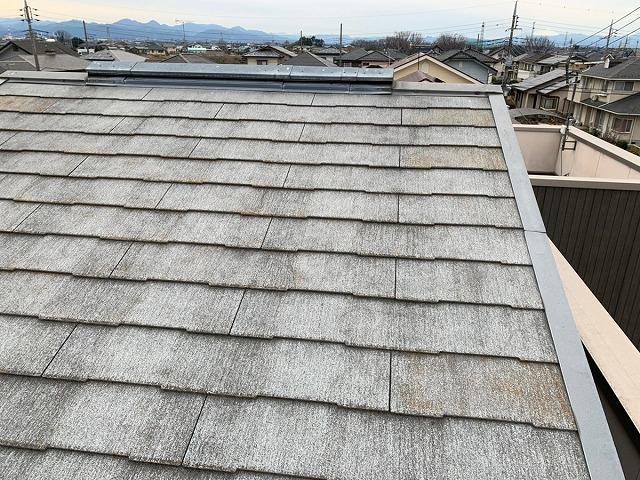 色あせたスレート屋根と換気棟