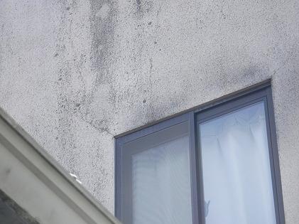 窓の左右上のひび割れ