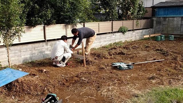 土間コンクリートの範囲を決める水糸を木枠に固定